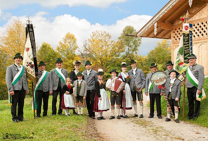 Gruppenfoto für Vereine GTEV Rimsting Vorstand und Fahnen