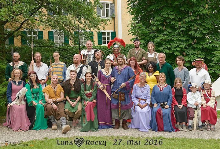 Gruppenfoto der Mittelalterhochzeit auf Schloss Sandizell