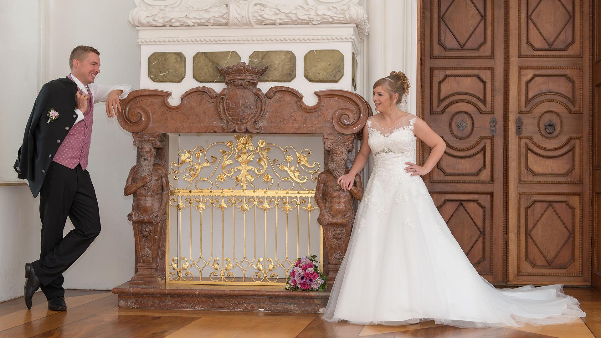 Hochzeitsfotos vom Ehepaar in Aschau im Schloss Hohenaschau vor Kamin