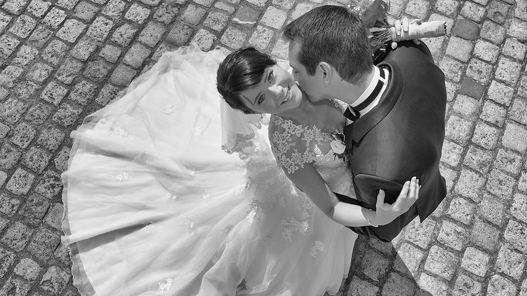 Hochzeitsfotos vom Ehepaar in Regensburg vor dem Dom