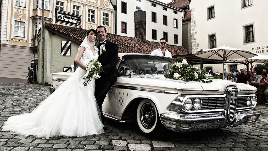 Hochzeitsfotos vom Ehepaar mit Oldtimer in Regensburg Wurstkuchl