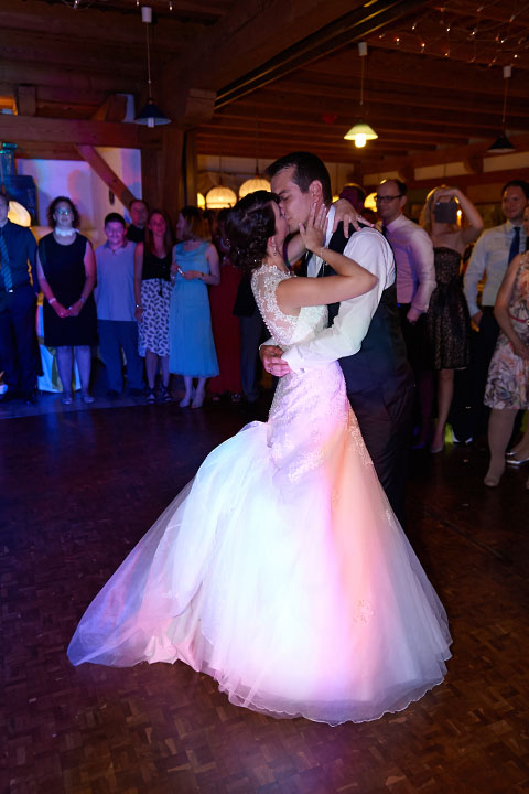 Reportage der Feier Brautpaar beim Tanz Gäste stehen im Kreis