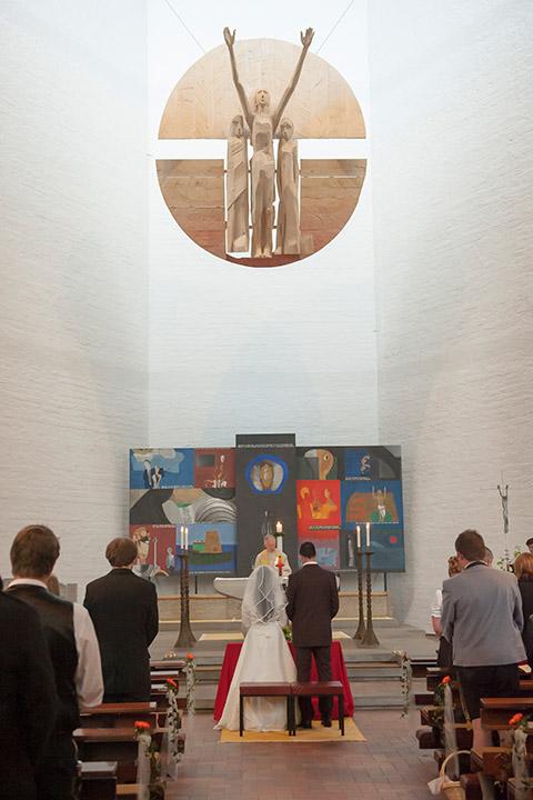 Reportage der Kirche Ehepaar bei der Trauung vor dem Altar