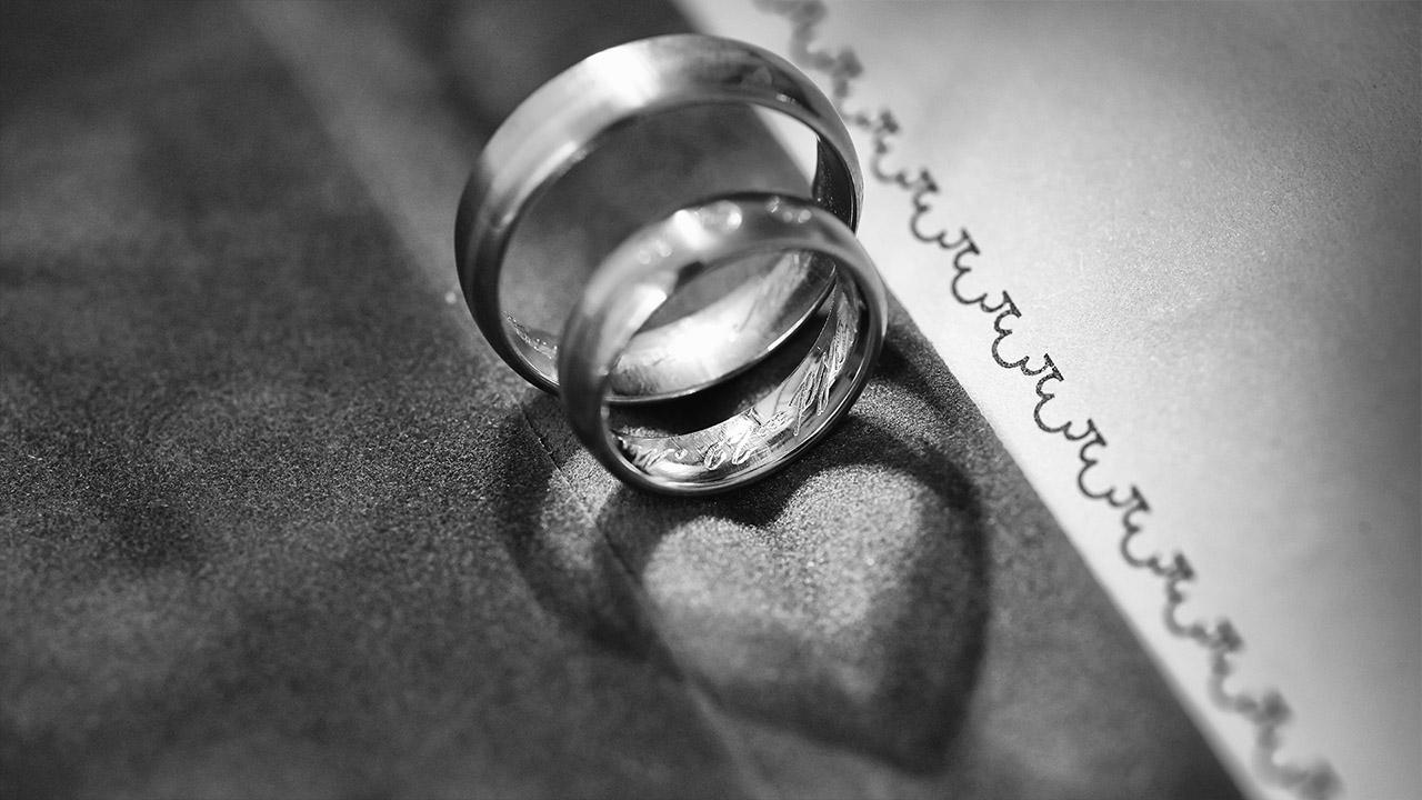 Reportage im Standesamt Eheringe deren Schatten ein Herz ergibt
