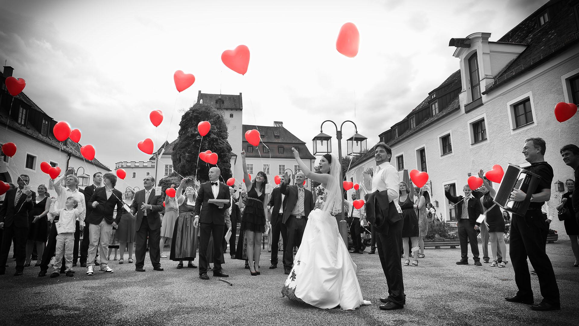 Reportage der Feier Ehepaar und Gäste lassen Luftballons steigen
