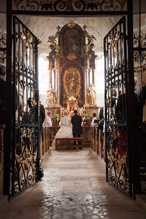 Reportage der kirchlichen Trauung Ehepaar vor dem Altar