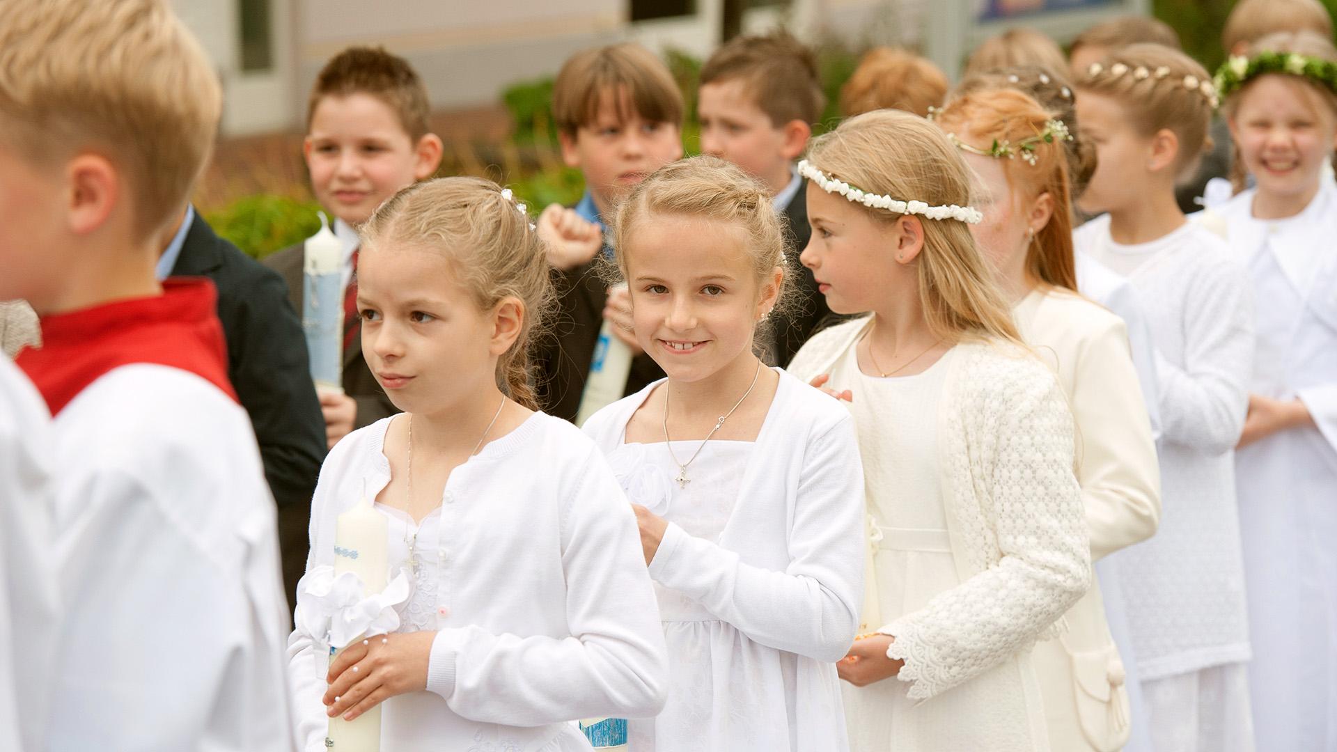 Reportage Kommunionkinder in Aufstellung zum Einzug in die Kirche