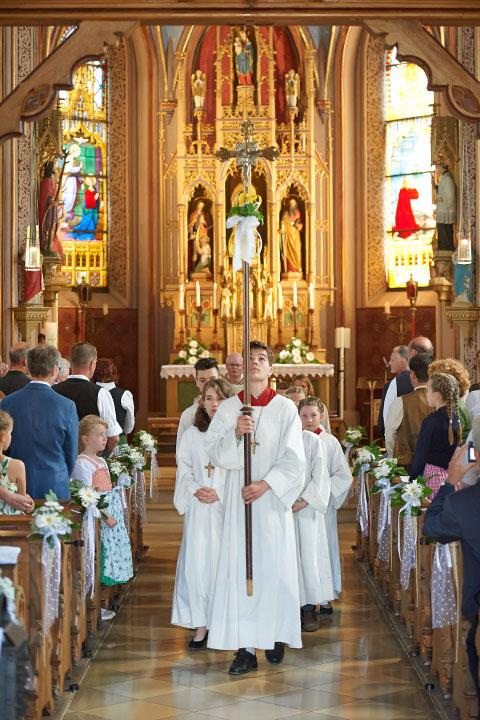 Reportage Kommunionkinder Auszug aus Kirche