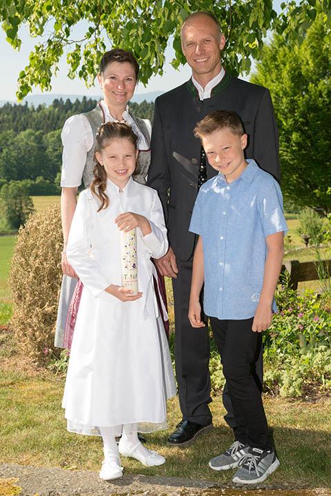 Portraits von Familie mit Kommunionkind