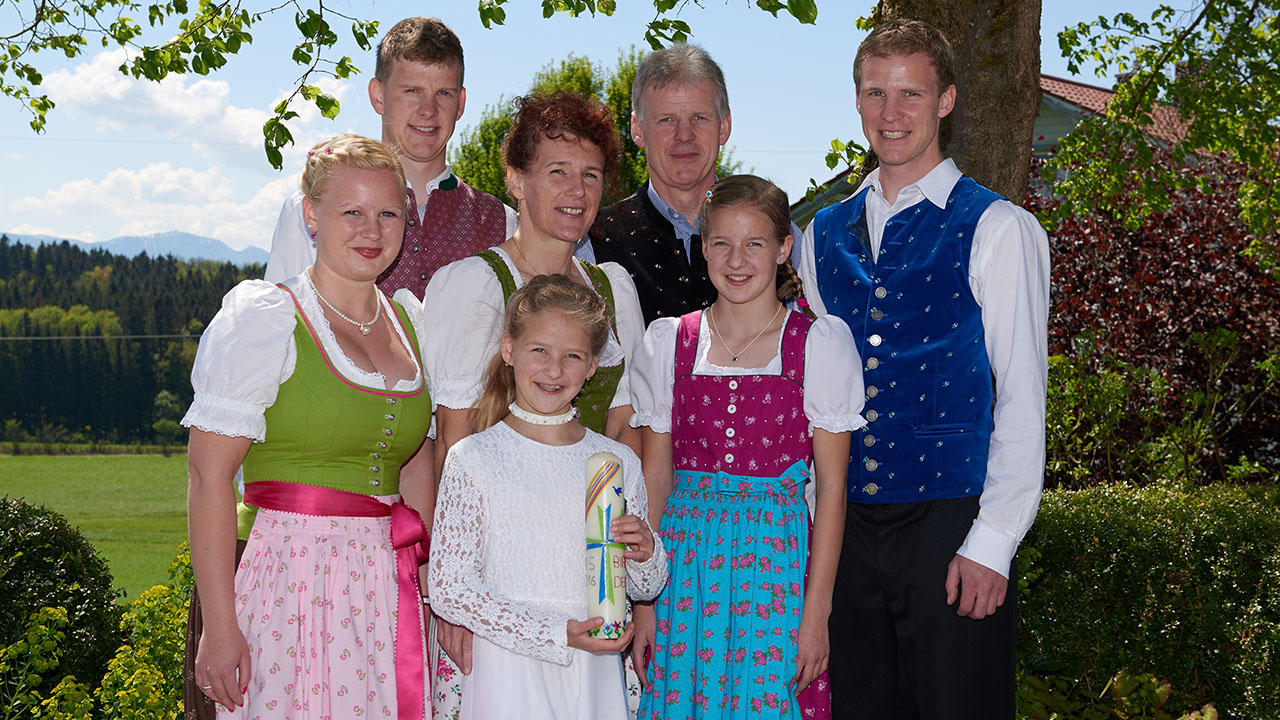 Portraits von Kommunionkind mit Familie