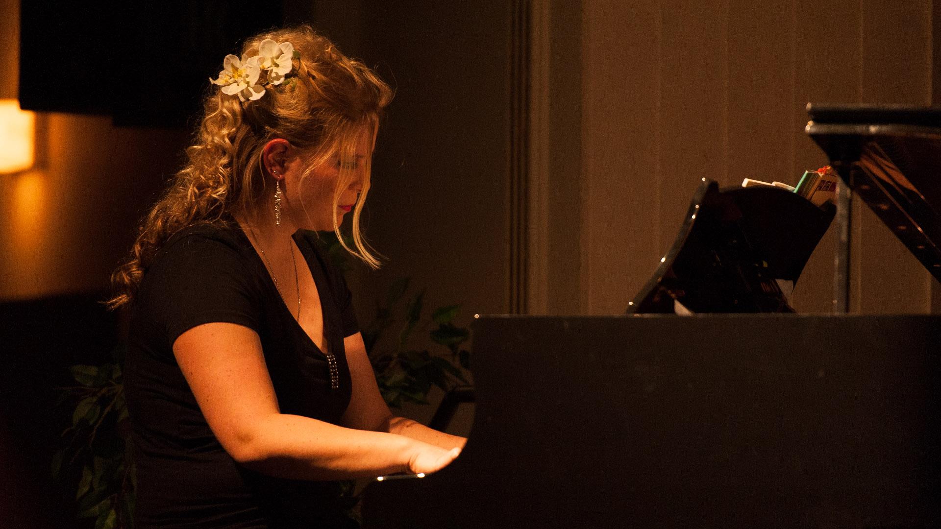 Konzertfotografie Konzert der Rimsingers Pianistin am Klavier im Schloss Amerang