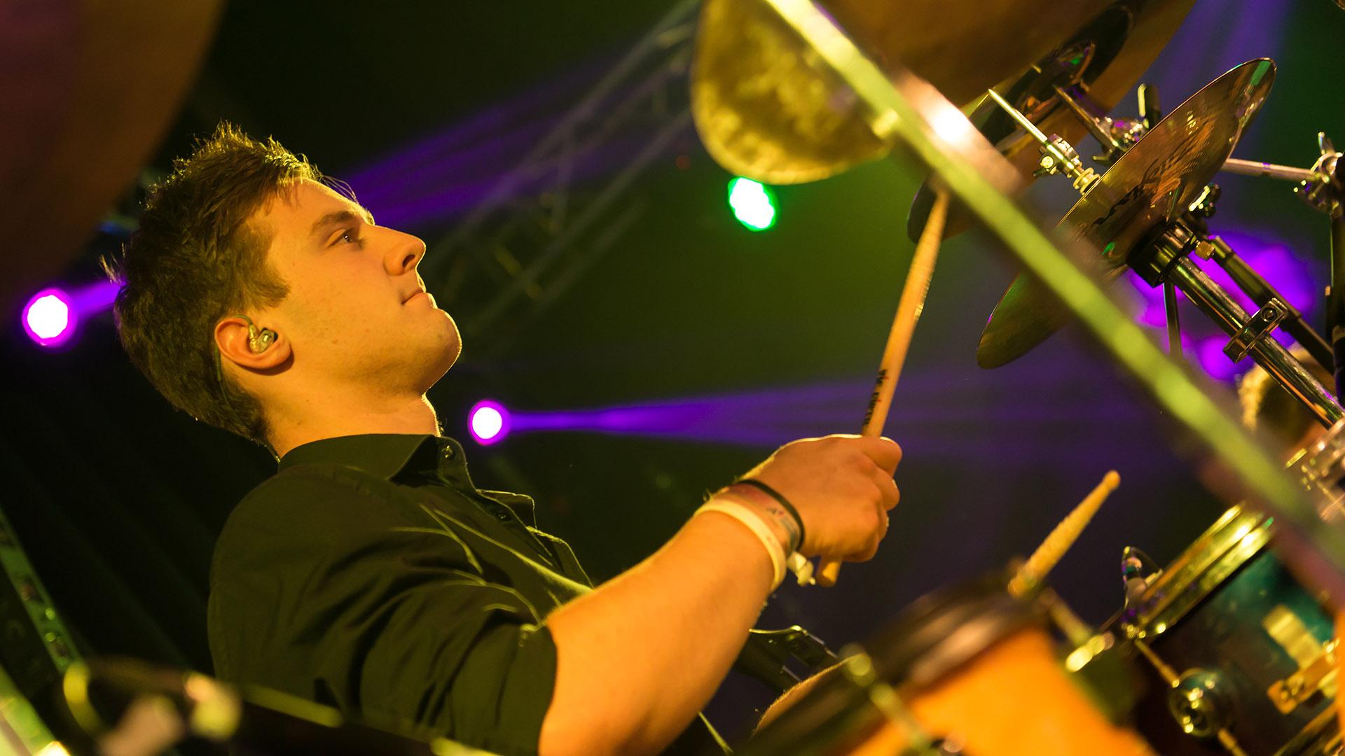 Konzertfotografie Konzert der Rock-Pop-Coverband und live Partyband Rondstoa Drummer Schlagzeuger
