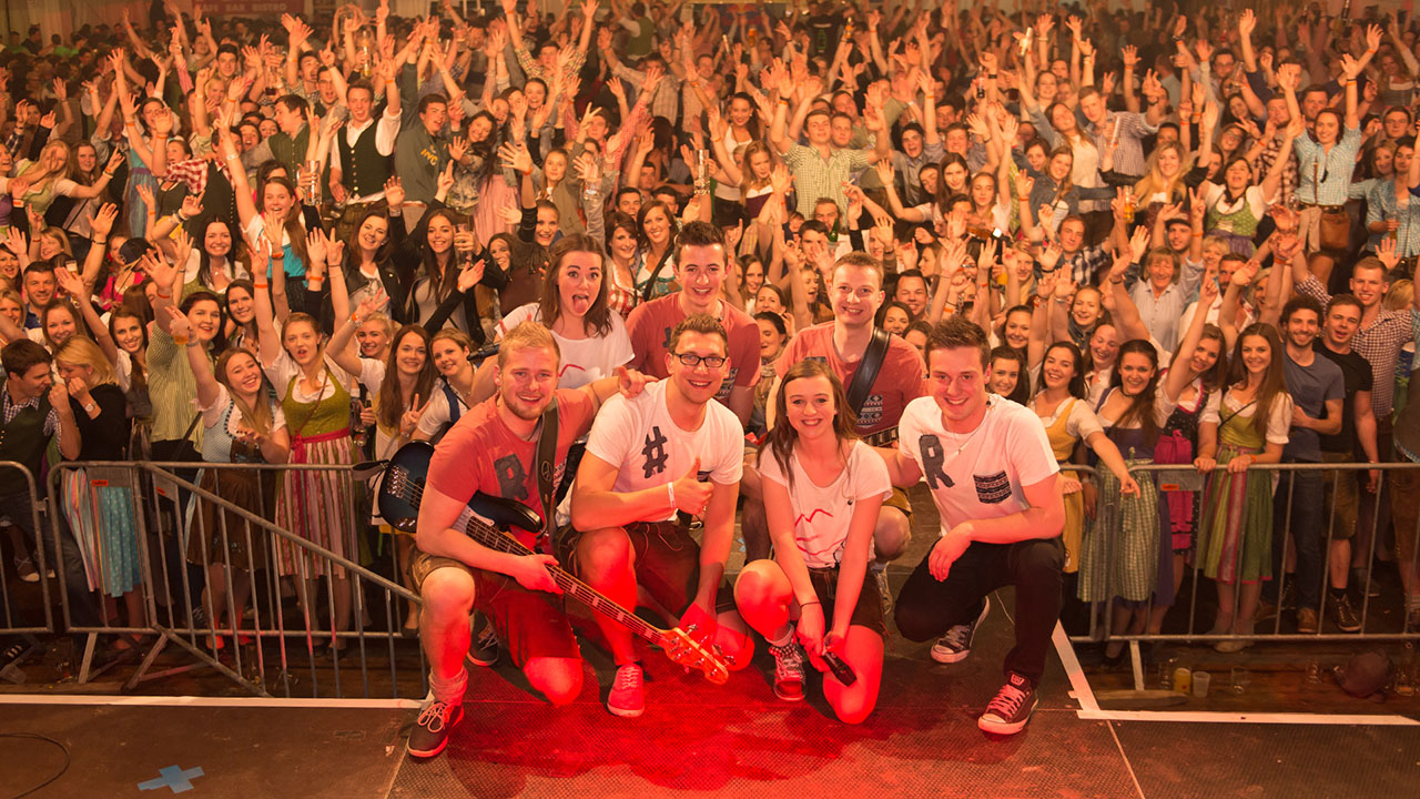 Konzertfotografie Konzert der Rock-Pop-Coverband und live Partyband vor dem Publikum am Trumer Bierfest