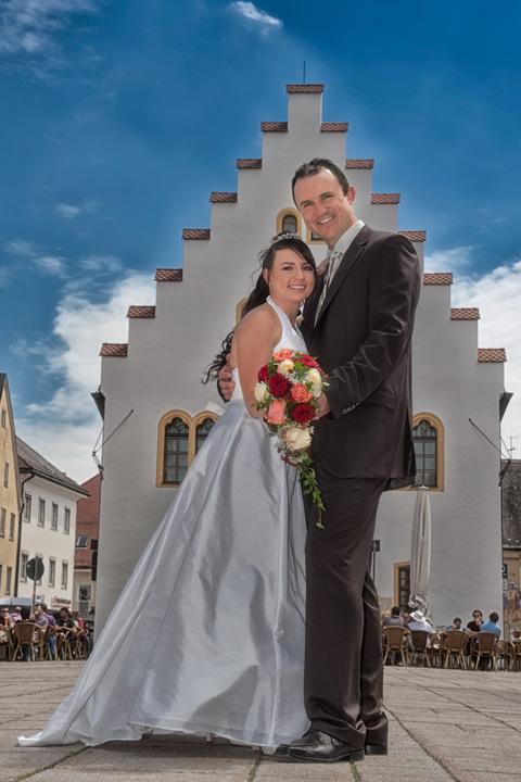 Foto Weidner Hochzeitsfotos - Hochzeitsfotograf in Schongau - Portraits Ehepaar auf Marktplatz vor Rathaus