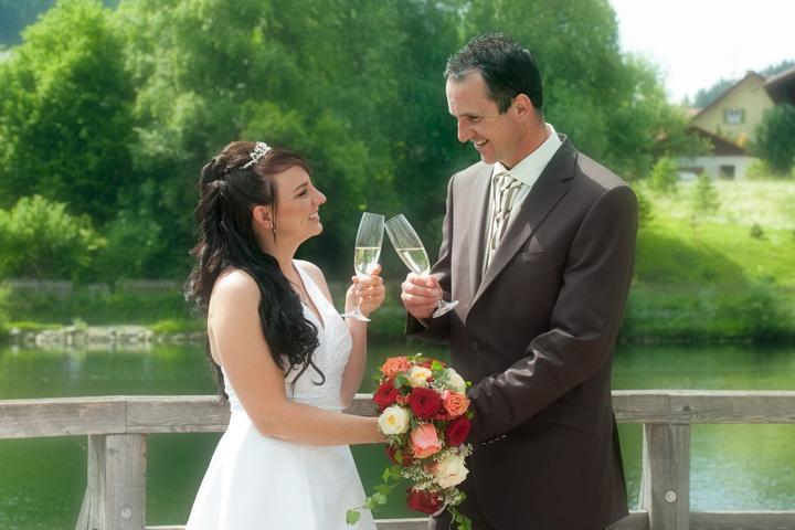 Foto Weidner Hochzeitsfotos - Hochzeitsfotograf in Schongau - Portraits Ehepaar anstoßen mit Sekt