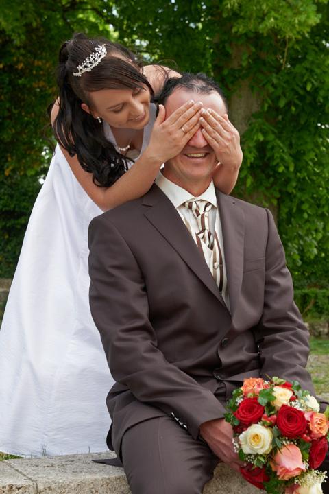 Foto Weidner Hochzeitsfotos - Hochzeitsfotograf in Schongau - Portraits Ehepaar verspielt in Schongau