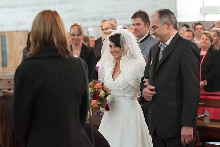 Foto Weidner Hochzeitsfotos - Hochzeitsfotograf in Schongau - Reportage kirchliche Trauung Brautvater führt Braut in Kirche