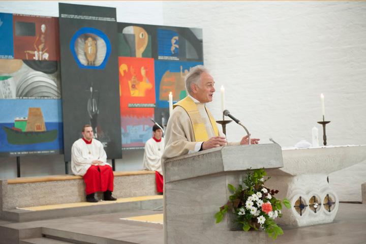 Foto Weidner Hochzeitsfotos - Hochzeitsfotograf in Schongau - Reportage kirchliche Trauung Pfarrer bei Predigt