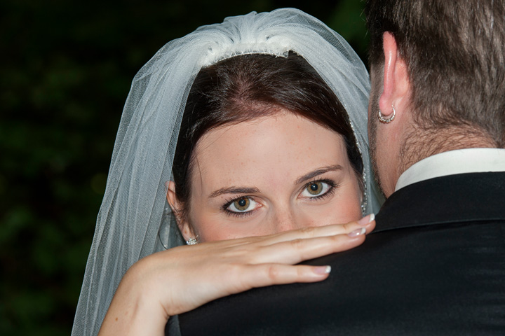 Foto Weidner Hochzeitsfotos - Hochzeitsfotograf im Schloss Seefeld - Portraits Braut schaut Braeutigam ueber Schulter
