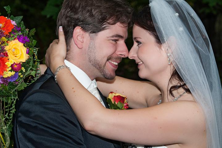 Foto Weidner Hochzeitsfotos - Hochzeitsfotograf im Schloss Seefeld - Portraits Ehepaar schaut sich an