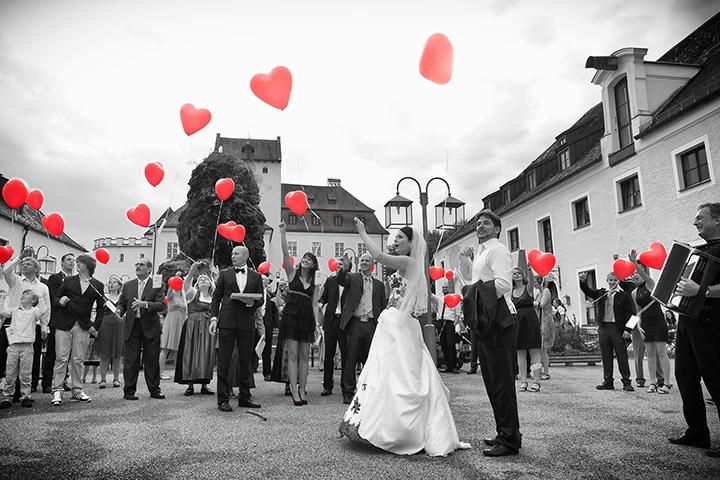 Foto Weidner Hochzeitsfotograf im Schloss Seefeld Reportage Einlage Ehepaar Gäste Luftballons steigen lassen