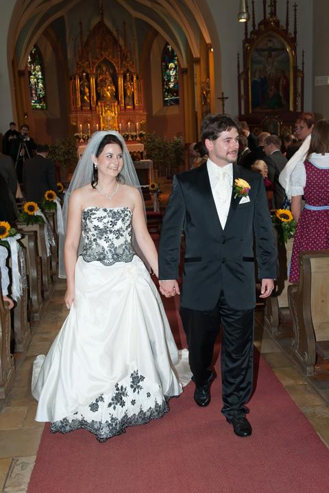 Foto Weidner Hochzeitsfotos Hochzeitsfotograf im Schloss Seefeld Reportage Ehepaar Auszug bei kirchlicher Trauung