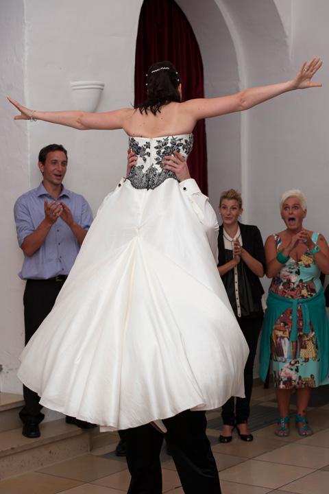 Foto Weidner Hochzeitsfotos Hochzeitsfotograf im Schloss Seefeld Reportage Ehepaar Hebefigur beim Tanz