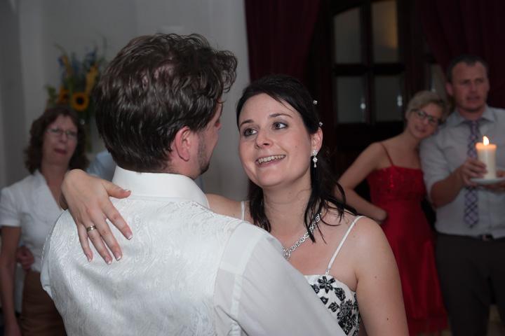 Foto Weidner Hochzeitsfotos Hochzeitsfotograf im Schloss Seefeld Reportage Ehepaar verliebt beim Tanz