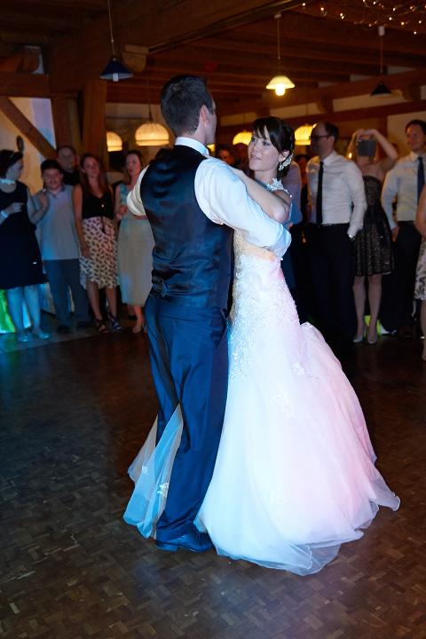 Foto-Weidner-Hochzeitsfotograf-Regensburg-Hochzeitsfotos-Reportage-Brautpaar-tanzt