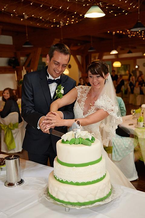 Foto-Weidner-Hochzeitsfotograf-Regensburg-Hochzeitsfotos-Reportage-Feier-Torte-anschneiden
