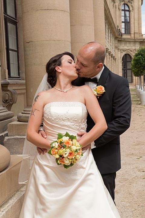 Foto-Weidner-Hochzeitsfotograf-Würzburg-Hochzeitsfotos-Portraits-Hofgarten-Residenz-Brautpaar-Kussfoto