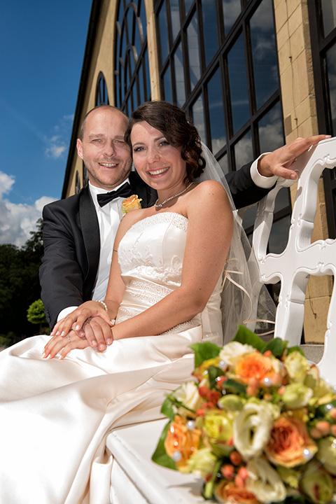 Foto-Weidner-Hochzeitsfotograf-Wuerzburg-Hochzeitsfotos-Portraits-Hofgarten-Residenz-Brautpaar-Parkbank-Orangerie