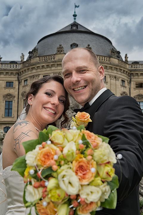 Foto-Weidner-Hochzeitsfotograf-Wuerzburg-Hochzeitsfotos-Portraits-Hofgarten-Residenz-Brautpaar-Strauss