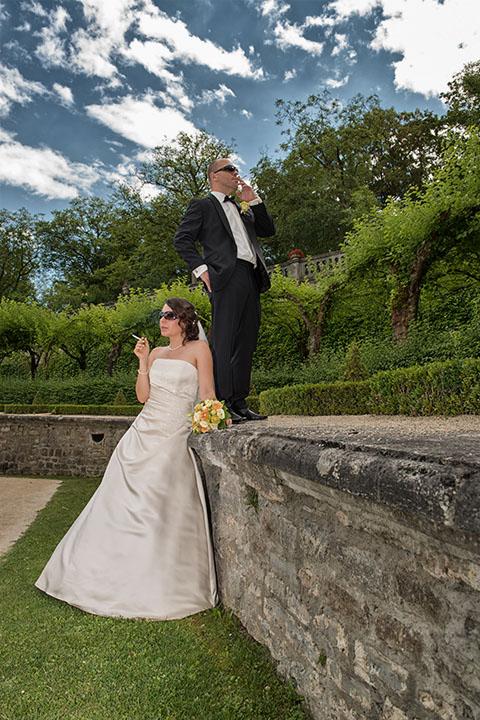 Foto-Weidner-Hochzeitsfotograf-Wuerzburg-Hochzeitsfotos-Portraits-Hofgarten-Residenz-Brautpaar-cool-raucht