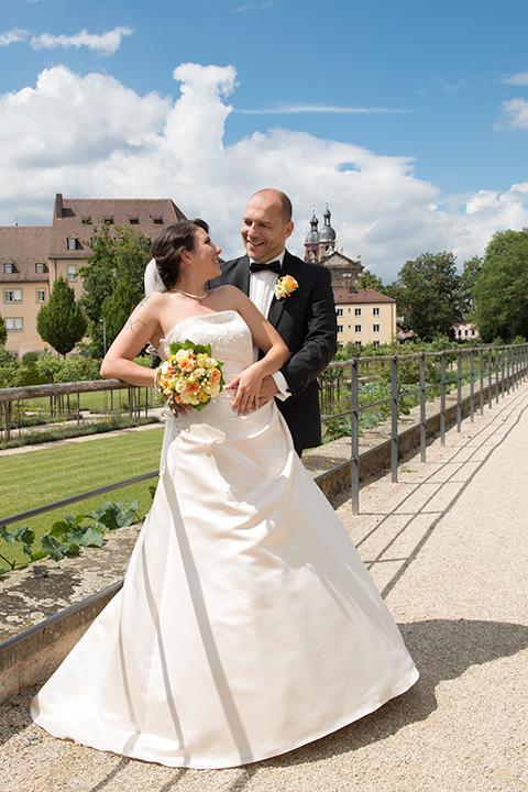 Foto-Weidner-Hochzeitsfotograf-Wuerzburg-Hochzeitsfotos-Portraits-Hofgarten-Residenz-Brautpaar-verliebt